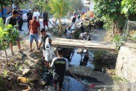 "Pemuda dan masyarakat Indramayu bersihkan sungai peringati ""Wolrd Clean up Day"""