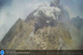 Gunung Merapi semburkan hujan abu, status waspada