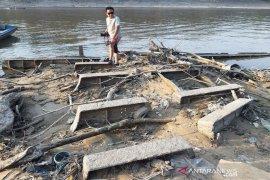 Bangkai Kapal Belanda terlihat saat Sungai Barito surut