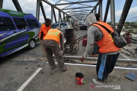 Perbaikan jembatan poros Palu-Tawaeli Page 1 Small