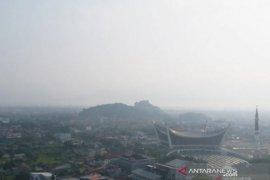 Kabut asap makin pekat, jarak pandang di Bandara Minangkabau hanya dua kilometer