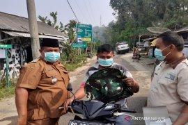 Pemerintah Kecamatan Puncak Sorik Marapi bagi masker kepada warga