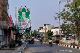 Baliho Romahurmuziy masih terpampang di jalan di Bandung