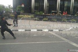 Sering terjadi demo, polisi pasang kawat berduri di depan gedung KPK