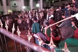 Kerusuhan pecah dalam aksi ribuan mahasiswa di Bandung
