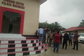 Belasan warga Mukomuko datangi Mapolres
