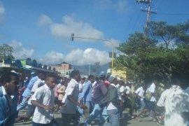 Ratusan warga berbaju pelajar bakar kantor bupati Jayawijaya