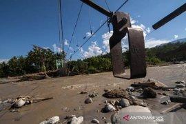 Kali Cisimeut Lebak banjir bandang,  mobil bak terbuka hanyut