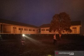 Firefighters, SAM, TNI and police put out fire almost burns Babussalam school