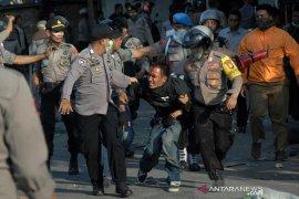 Bentrok mahasiswa-polisi di Makassar Page 1 Small