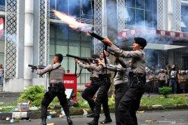 Bentrok dengan polisi, mahasiswa: Tembakan gas air mata kena kuping langsung pingsan