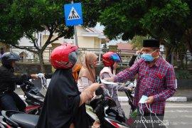 Dampak kabut asap, DPRK Aceh Tengah bagi-bagi masker ke pengendara