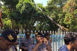 Massa datangi Kantor Gubernur-DPRD Bali