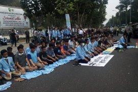 Di sela demo di DPRD Riau, mahasiswa gelar salat berjamaah