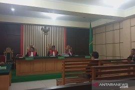 Terdakawa korupsi pembangunan embung di Tebo tertunduk lemas  divonis 18 bulan penjara