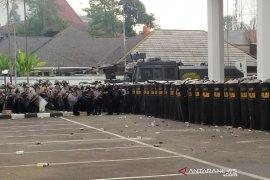 Massa demo Bandung lempari batu ke Gedung DPRD Jabar