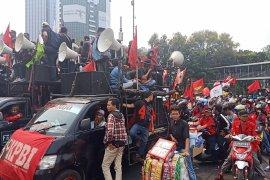 Massa buruh bersama mahasiswa gabung di Monas menuju Senayan