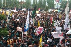 Massa buruh dan mahasiswa bergabung di Monas menuju Senayan
