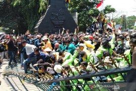 Ribuan mahasiswa pendemo jebol gerbang DPRD  Jateng