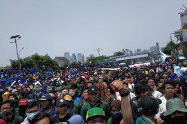 Ribuan mahasiswa sampai di depan gedung DPR/MPR RI melanjutkan demonstrasi