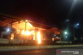 Menurut saksi: Dua gardu GT Pejompongan dibakar oknum