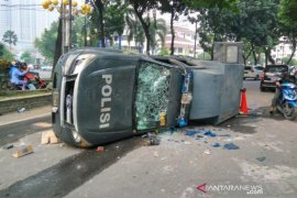 Sejumlah kendaraan polisi dirusak massa di Medan
