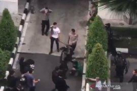 Polisi selidiki video viral personel pukuli mahasiswa saat demo ricuh di DPRD Sumut