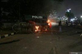 Ratusan demonstran kembali menyerang aparat dari arah Semanggi menuju DPR RI