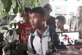Dengan kepala dibalut perban, siswa SMK korban unjuk rasa di DPR dilarikan ke RS Pelni