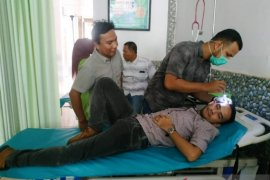 Seorang anggota DPRK Aceh Barat dilarikan ke RS karena  terkena lemparan saat demo
