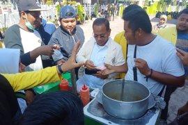 Wakil Ketua DPRK Aceh Barat bayari jajanan untuk mahasiswa saat istirahat  demo