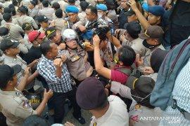 Kapolresta Pekanbaru pingsan saat amankan demo mahasiswa di DPRD Riau