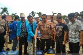Kapolda dan mahasiswa UIN bagikan air bersih untuk warga