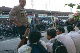 Sejumlah pelajar di Medan serang polisi dengan batu