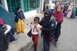 Akibat gas air mata, murid SD dan mahasiswa sesak napas dan pingsan