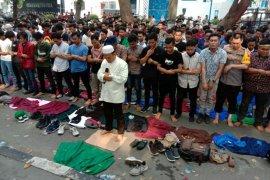 Polisi-massa aksi shalat Ashar berjamaah di jalan