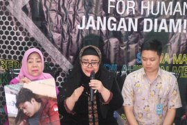 Ibu Faisal Amir menangis di Komnas HAM, jika anak saya meninggal jenazahnya akan saya bawa ke DPR