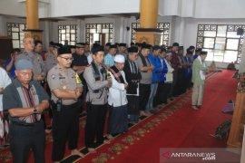 Polisi dan mahasiswa Sukabumi bersama shalat gaib