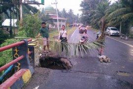 Jembatan Sungai Paku Kinali Pasaman Barat berlubang dan terancam ambruk