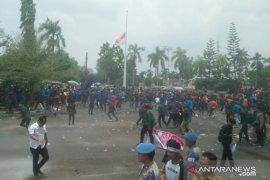 Unjuk rasa di gedung DPRD Jambi dibubarkan dengan gas air mata