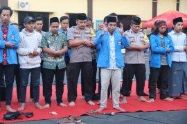 Mahasiswa-polisi Kediri doa bersama untuk korban meninggal di Kendari