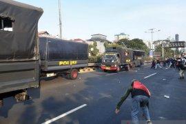 Demonstrasi DPR, massa serang mobil  polisi