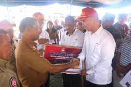 Mensos serahkan bantuan Rp1,3 miliar bagi korban gempa Ambon