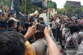 Pelantikan anggota DPRD Kalbar diwarnai aksi demo mahasiswa