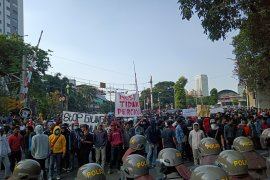 Akses jalan ditutup, massa merangsek ke belakang Gedung DPR