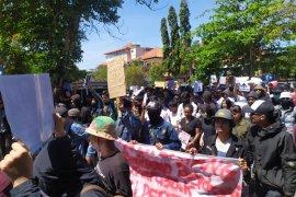 """Massa """"Bali Tidak Diam"""" datangi DPRD Bali"""