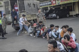Polisi halau pelajar ikut unjuk rasa