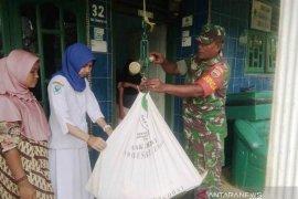 Babinsa Koramil 18/Pargarutan dampingi bidan layani kesehatan masyarakat desa