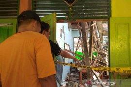 Dua ruang kelas SMPN 2 Plumbon Cirebon ambruk saat kegiatan belajar