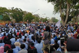 Bentuk penolakan sejumlah RUU, mahasiswa Palembang gelar aksi nyalakan lilin